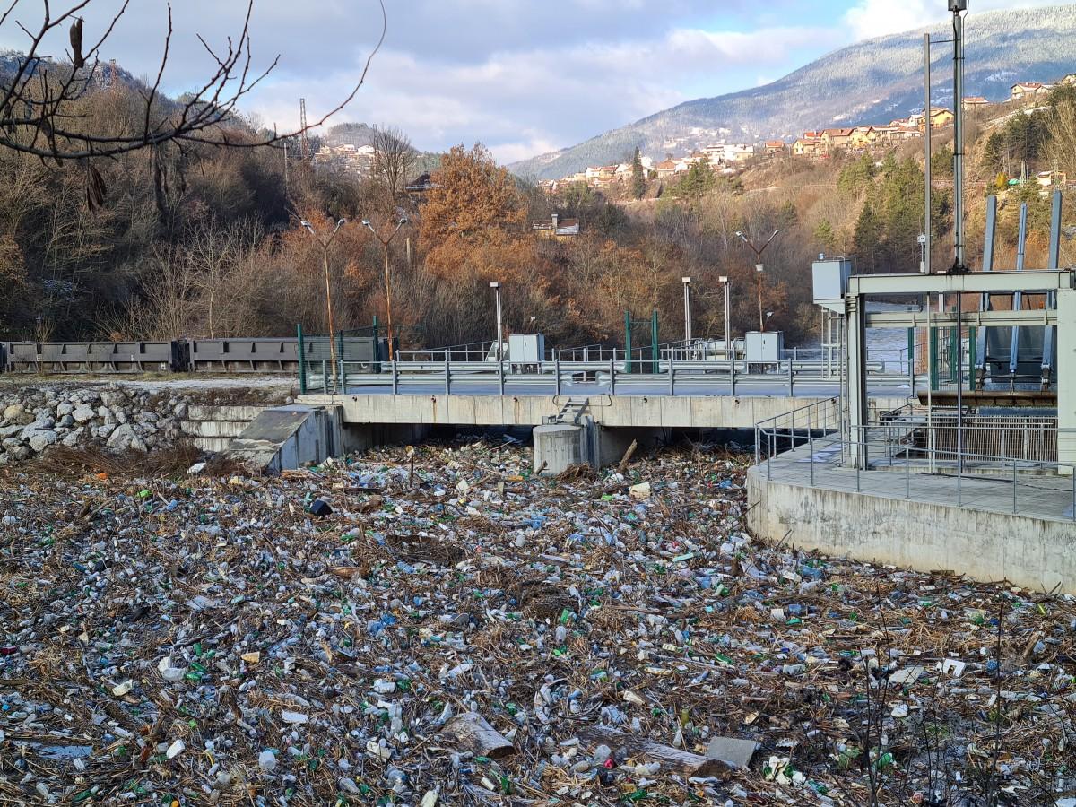 Ведната да започне разчистването на отпадъците в река Искър, разпореди