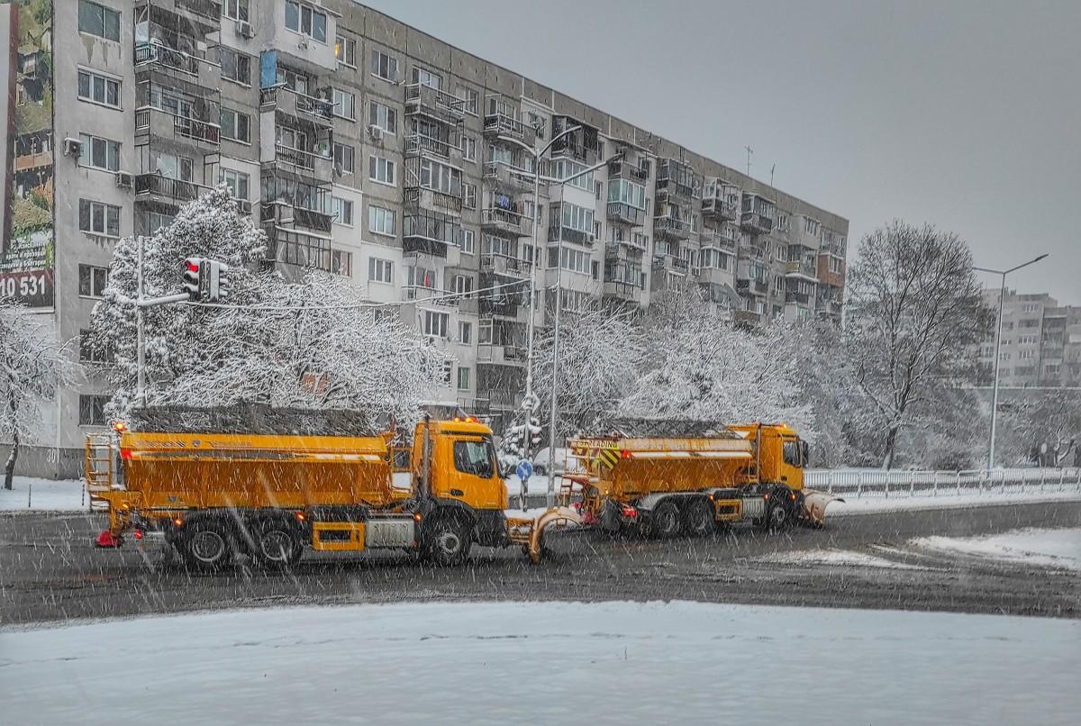 Мразовит и ветровит ден в цялата страна. Жълт и оранжев