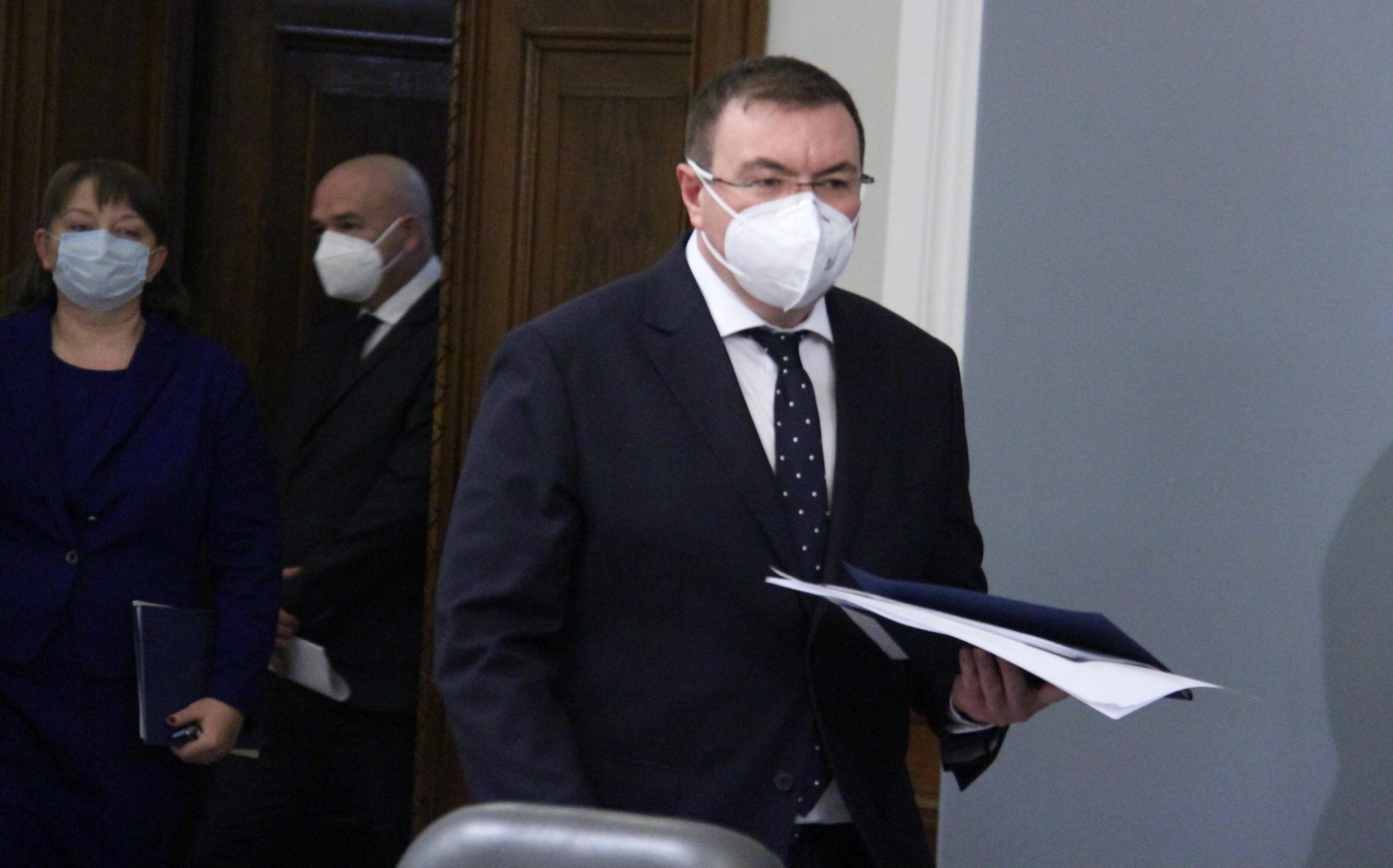 Здравният министър проф.Костадин Ангелов се появи изненадващо в парламента, предизвикан