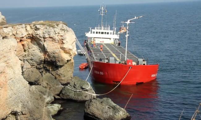 Около 800 т са разтоварени до момента от заседналия кораб