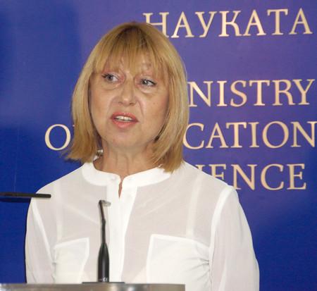Анелия Клисарова е родена на 13 декември 1961 г. във