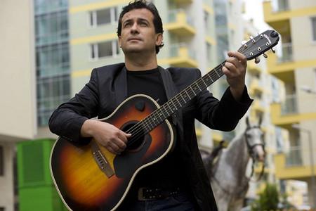 ДАНИ МИЛЕВ е известен български поп певец, музикант, композитор, текстописец,