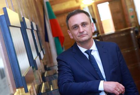 ВАЛЕНТИН ЛАМБЕВ е роден в Свищов. От 35 години живее
