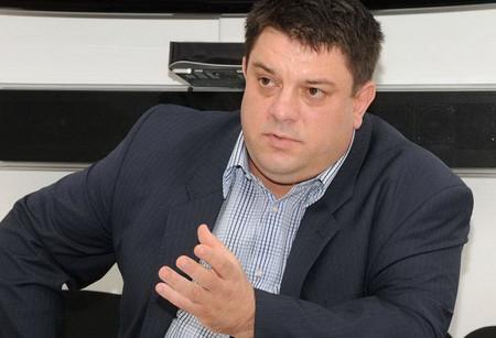 АТАНАС ЗАФИРОВ е роден в Бургас. Завършил е български език