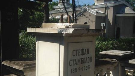 Вандали откраднаха бюста от гроба на Стефан Стамболов под носа