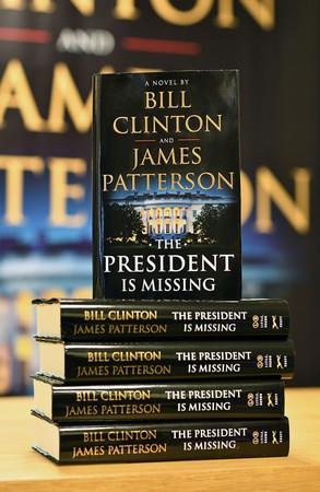 Лента.ру Бившият президент на САЩ Бил Клинтън в съавторство с