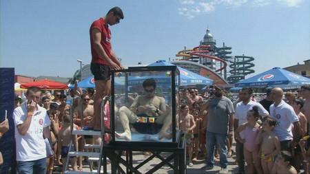18-годишен грузински ученик нареди шест кубчета на Рубик под вода