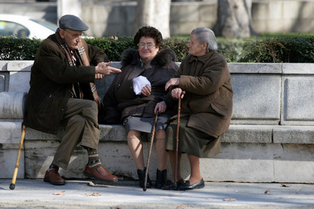 """Три жени вървят по алеята из парк """"Света Троица"""" в"""