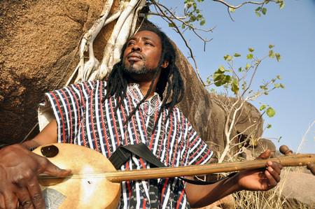 Музикалният шаман, прото-блусмен и сингър-сонграйтър Аюуне Суле от Кумаси, Гана,