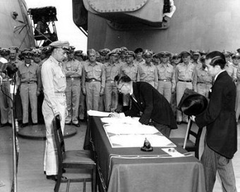 Шигемицу подписва капитулацията
